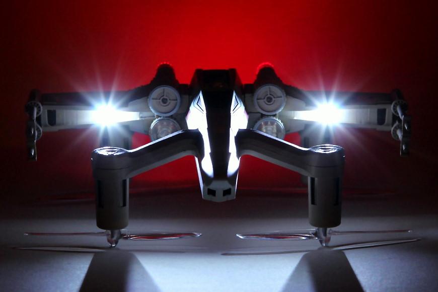 Propel Star Wars T-65 X-Wing Battle Drone / Quadrocopter: Frontansicht bei Nacht mit Beleuchtung